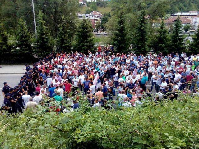 Protest malinara obustavljen