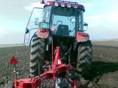 traktor u oranju