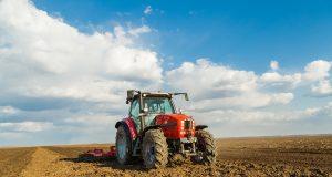 Traktori oranje