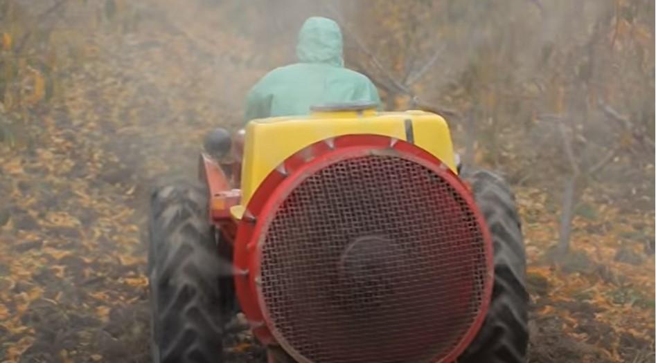 plavo prskanje traktor